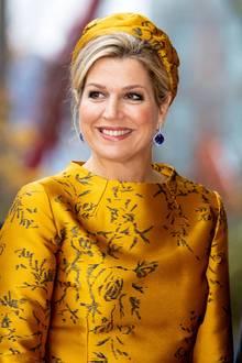 Niederlands Sonnenschein Königin Máxima überstrahlt bei der Eröffnung eines neuen Bürogebäudes in Amsterdam einfach alles! Ihr Luxus-Look ist von Kopf bis Fuß perfekt aufeinander abgestimmt und auch der Schmuck– edle, tiefblaue Saphire und ein glitzerndes Armband– funkeln mit der 47-Jährigen um die Wette.