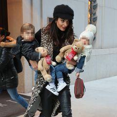 Amal Clooney verlässt mit den Zwillingen Alexander und Ella ein Hotel in New York