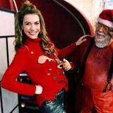 """Hat Annett Möller sich etwa nicht benommen? """"Der Nikolaus hat mich am Schlafittchen!"""", schreibt die Moderatorin auf Instagram. Und in der Tat zieht der Nikolaus an der roten Nase des Rentier-Pullovers. Frech!"""