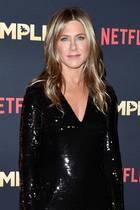 """7. Dezember2018  Das kleine Schwarze ist eben nie langweilig! Jennifer Aniston zeigt sich auf der Premiere desNetflix-Films """"Dumplin"""" im dunklen Paillettenkleid und präsentiert ihre durchtrainierten Beine. Die Schauspielerin sieht erholt und zufrieden aus."""