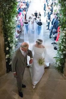 Prinz Charles holte Herzogin Meghan auf halben Weg ab und führtesie zum Altar