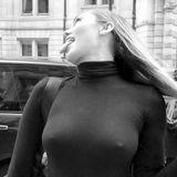 Hochgeschlossen in einem schwarzen Rollkragenpullover lässt sich diese Sängerin ablichten. Doch züchtig ist dieses Foto keinesfalls, denn der Betrachter erkennt deutlich die sich abzeichnenden Nippel unter dem dünnen Stoff. Wer hier mit seinen Reizen spielt? Es ist Sängerin Miley Cyrus! Die 26-Jährige liebt es zu provozierenund streckt auf dem Schnappschuss auch noch frech ihre Zungeheraus.