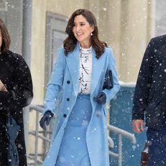 Dass Prinzessin Mary bei ihrem Besuch in Riga mit High Heels durch den Schnee stapfen muss, war bestimmt nicht geplant. Im hellblauen Mantel mit passendem Rock und winterlich weißer Bluse sieht sie dabei aber einfach großartig aus.