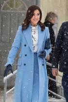 So richtig gemütlich ist der Schneespaziergang für Mary wohl nicht, an toll zum Winter-Look passende Handschuhe ausdunkelblauem Leder hat die Prinzessinaber gedacht.