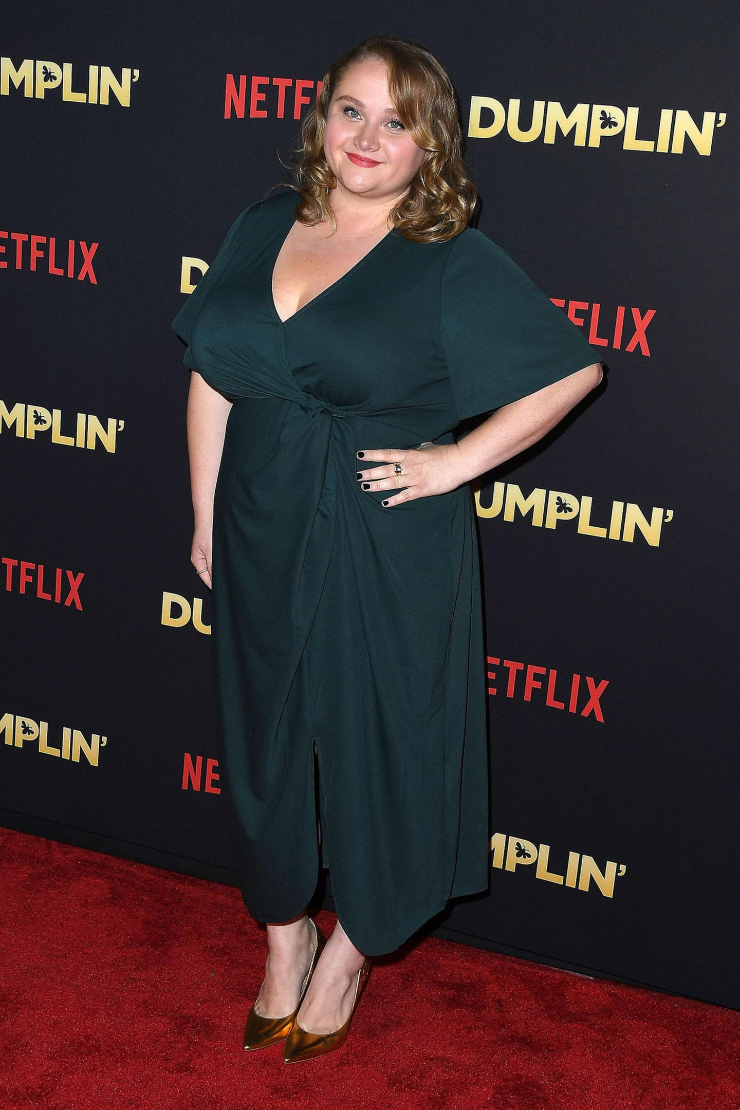 """Danielle Macdonaldfeiert als Jennifer Anistons Filmtochter im Netflix-Film """"Dumplin"""" ihre Premiere, und das ganz elegant im petrolfarbenen Seidenkleid."""