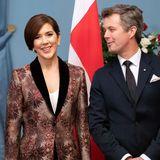 Diesen floralen Brokat-Blazer hat sich Mary für das offizielle Gala-Dinner in Riga ausgesucht, den findet auch Frederik sehr schick.