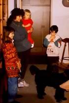 """""""Nikolaus 1994. PS: Rückwirkend muss ich sagen, dass ich schon immer einen sehr eigenwilligen Modegeschmack hatte"""", postet Daniela Katzenberger (links im Foto) zu der schönen Kindheitserinnerung."""