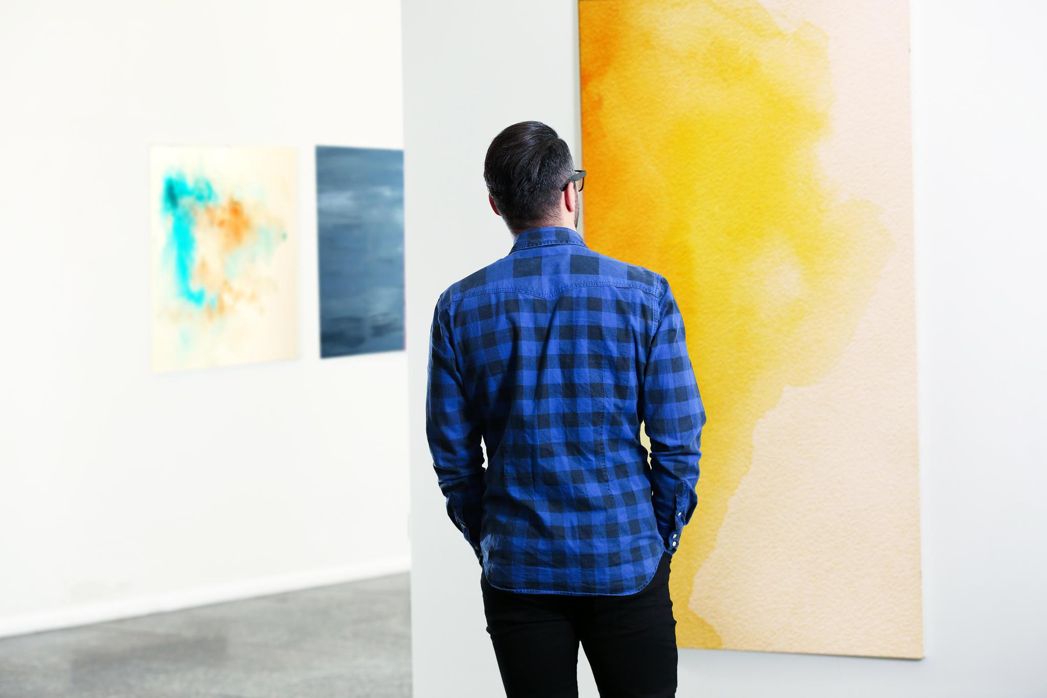 Mann in einer Kunstgalerie
