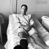 Autsch, das tut schon beim Hingucken weh! Dschungelkönig Joey Heindle hat einen Gips-Fuß und zwei lange Schrauben im kaputten Knochen, grüßt tapfer vom Krankenbett. Der Musiker ist bei Dreharbeiten zu einer TV-Show böse umgeknickt.Diagnose: Fuß gebrochen, Bänder gerissen!Jetzt muss Joey sechs Wochen einen Geh-Gips tragen, das Bein hochlagern.