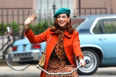 """70er-Jahre-Feeling: Bei den Dreharbeiten zu dem Film """"Modern Love"""" in new York ist die SchauspielerinAnne Hathaway in coolen Vintage-Look zu sehen."""