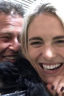 """Til Schweiger ist neu verliebt. Seine Auserwählte: Die blonde Francesca Dutton. Nun teilt der Schauspieler einen süßen Schnappschuss auf seinem Instagram-Account. Zu sehen ist das frisch verliebte Pärchen turtelnd am Flughafen von Los Angeles.Einige Fans gehen in den Kommentaren auf die Geschichte ein, die meisten schreiben aber ihre Gedanken zu dem glücklichen Paar auf. """"Voll süß"""", """"ein Traum"""", """"Liebe"""" oder """"genießt es"""" ist dort zum Beispiel zu lesen. Andere wünschen den Verliebten """"alles Gute"""". Auch befindet jemand: """"Ihr passt soooo gut zusammen. Einfach nur ein tolles Paar."""""""