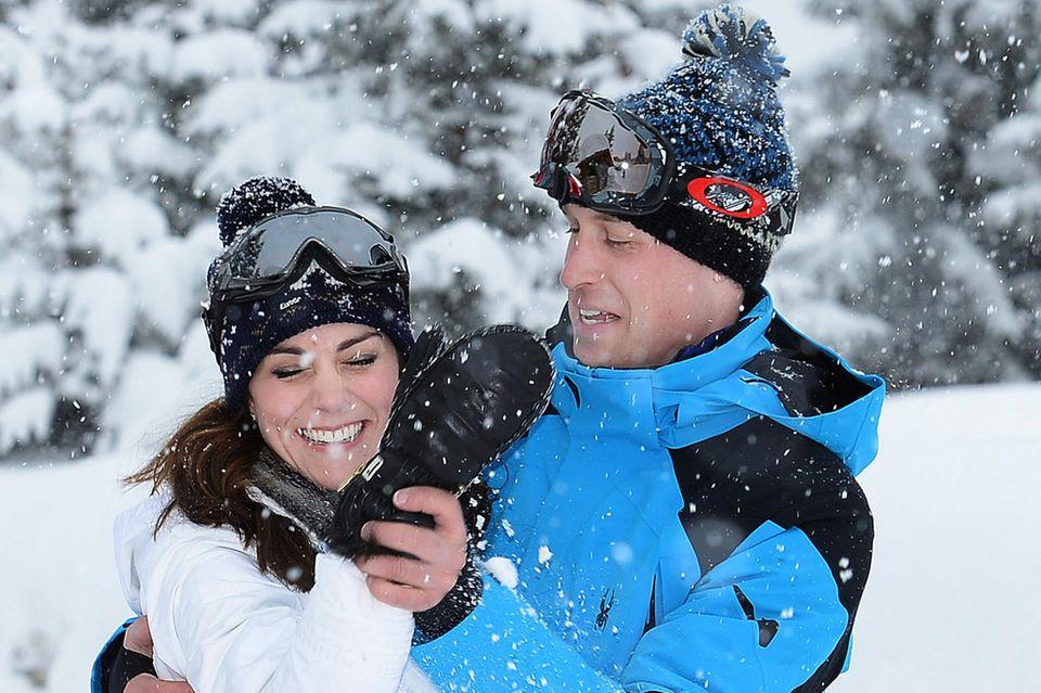 Auch zwölf Jahre nach ihrem Beziehungs-Outing scheint ein Skiurlaub bei Herzogin Catherine und Prinz William Frühlingsgefühle auszulösen. Diese liebevolle Aufnahme entstand im März 2016 in den französischen Alpen.