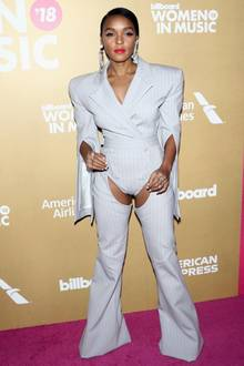 Gut 16 Jahre später taucht Janelle Monae in einem Anzug bei den Billboards auf, der die inneren Oberschenkel ebenso freilegt, wie damals die Dirrty-Hosen von X-Tina. Ganz schön gewagt!