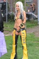 """Als sich Christina Aguilera in 2002 ein neues Image zulegen möchte, das so richtig """"dirrty"""" ist, schlüpft sie in Leder-Chaps. Der Aufschrei - angesichts ihres freien Schritts - ist groß."""