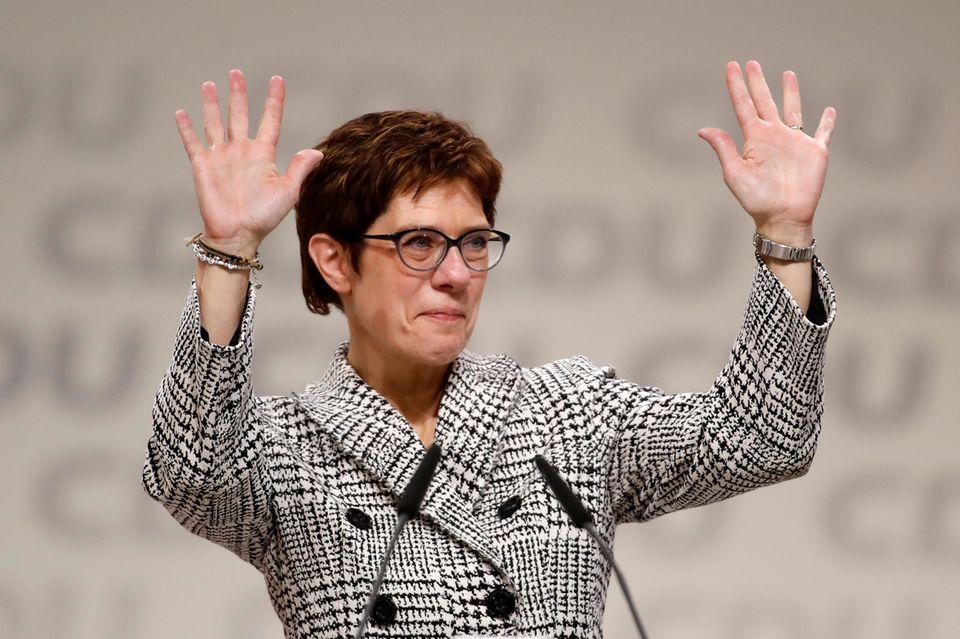 Annegret Kramp-Karrenbauer feiert ihren Sieg.