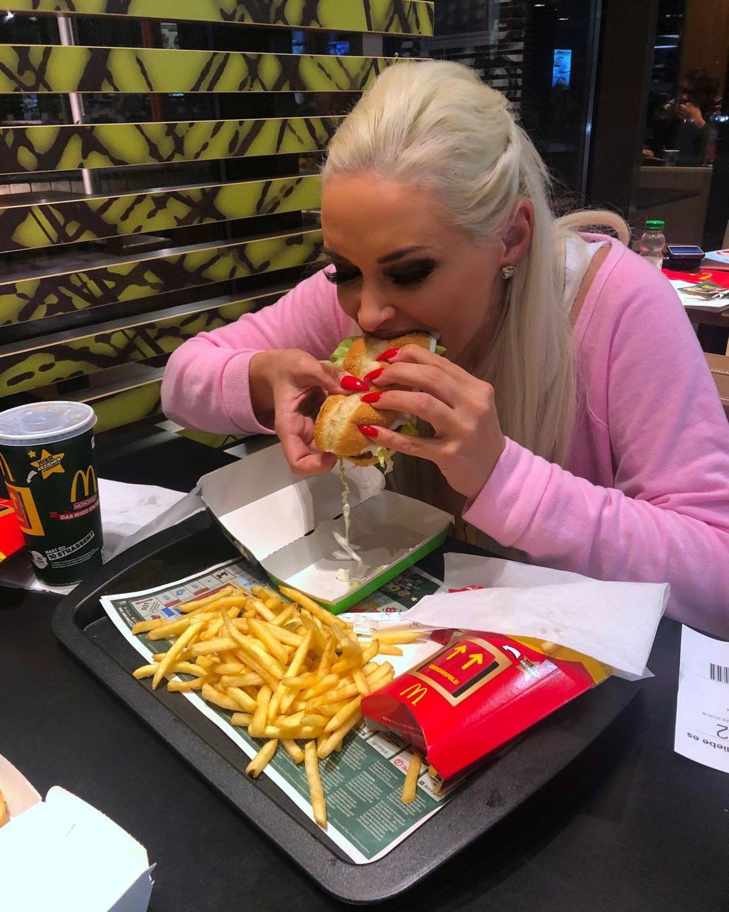 Daniela Katzenberger lässt es sich in einer großen Fast-Food-Kette so richtig schmecken. Pommes, Burger und eine große Cola stehen heute auf dem Speiseplan der Kult-Blondine. Na dannBon appétit!