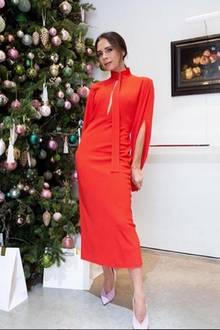 Bei Victoria Beckham kommt natürlich nicht irgendein Weihnachtsbaum in Frage. Die Tanne muss schon auch stilvoll geschmückt sein. Die pinken Schuhe der Fashionista sind schonmal passend.