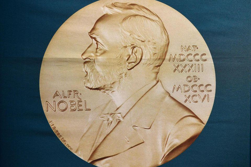 Goldmünze mit dem Konterfei von Alfred Nobel.