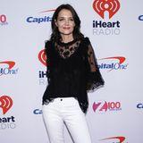 """Beim """"iHeart Radio JingleBall"""" zeigt sich Katie Holmes in einer hübschen Kombination aus Spitzentunika und weißer Jeans. Der Kontrast aus elegant und casual ist gelungen."""