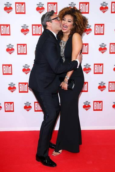 Mousse T. mit Freundin Khadra Sufi zeigen ganz viel Liebe.