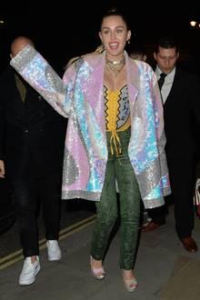 Viele Pailletten, noch mehr Glitzer: Miley Cyrus ist in Londons Straßen kaum zu übersehen.