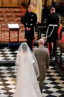 Weil ihr eigener Vater nicht an ihrer Hochzeit teilnehmen konnte, bat Herzogin Meghan Prinz Charles, dass er sie zum Altar begleitet.