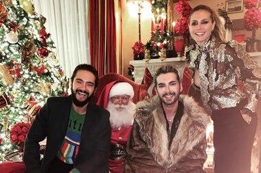 """Am 2. Advent postet Heidi Klum dieses Foto auf Instagram. Vor lauter Freude über den Weihnachtsmann scheint sie jedoch nicht zu bemerken, dass ihre Gold-Ornament-Bluse verrutscht. Die Schluppe sitzt zwar noch an Ort und Stelle, aber der Loch-Ausschnitt scheint sich selbstständig gemacht zu haben. Sie schreibt zu dem Bild zwar, dass sie das ganze Jahr über """"nice"""" als artig gewesen ist. Aber dieser Look ist dann doch eher """"naughty"""" - also neckisch."""