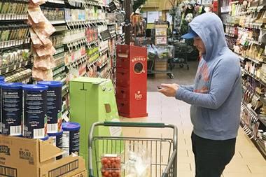 """Genügend Tomaten dürfte er schon mal haben: Schauspieler Kevin Conolly (""""Gotti"""") scheint noch schnell die Einkaufsliste zu checken ..."""