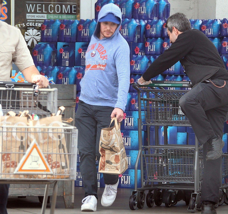 Fertig eingekauft und, dank Capund Kapuze, gut getarnt zwängt sich Kevin Connolly noch schnell an einem eifrigen Mitarbeiter der Supermarktkette vorbei.