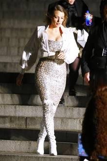 Anstelle einer Schuluniform trägt die Hollywood-Schönheit an diesem Tag eine funkelnde Couture-Kreation von Kaiser Karl.