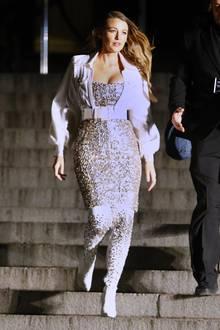 """Blake Lively ist zurück am Set von Gossip Girl. Zugegeben, eigentlich ist """"Serena van der Woodsen"""" nur auf dem Weg zur Chanel Métiers d'Arts Show.Diese findet allerdings in der beeindruckenden Kulisse desMetropoltian Museum ofArt in New York statt, auf dessen Treppe sich die Upper-East-Side-Girlgang in der US-Serie regelmäßig zum Lunch getroffen hat."""