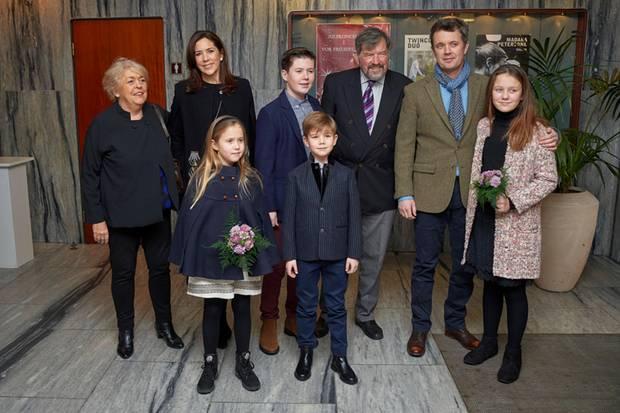 Prinzessin Mary besucht mit Prinz Frederik und den vier Kindern ein Weihnachtskonzert. Auch ihr Vater John Donaldson und ihre Stiefmutter Susan Moody sind dabei.
