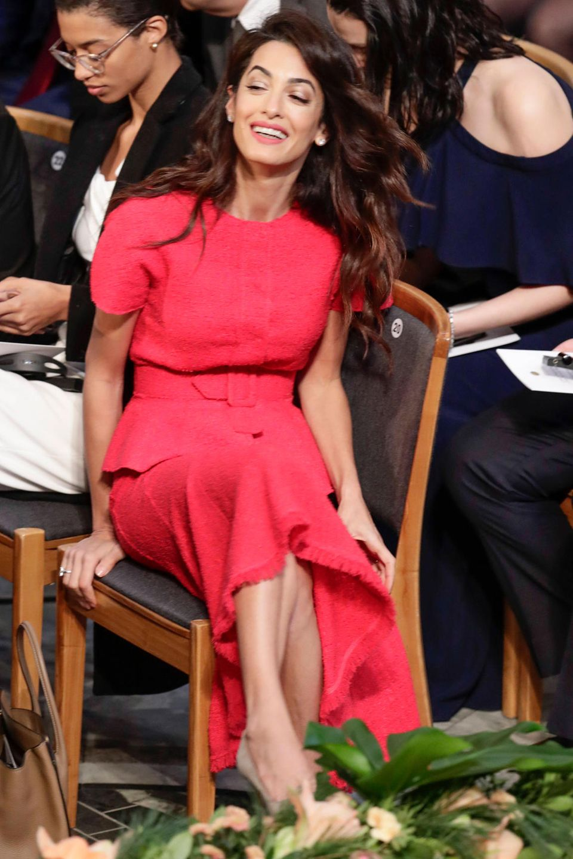 Menschenrechtsanwältin Amal Clooney ist in einem feuerroten Kleid zur Verleihung gekommen. Die Frau von George Clooneyfreut sich, dass ihre Klientin Naida Murad mit dem Friedensnobelpreis ausgezeichnet wird. Gemeinsam kämpfen sie dafür, dassIS-Terroristen sich für ihre Taten verantworten müssen und die Verbrechen an den Jesiden als Völkermord anerkannt werden.
