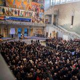 Derprachtvolle Saal im Osloer Rathaus ist gut gefüllt.