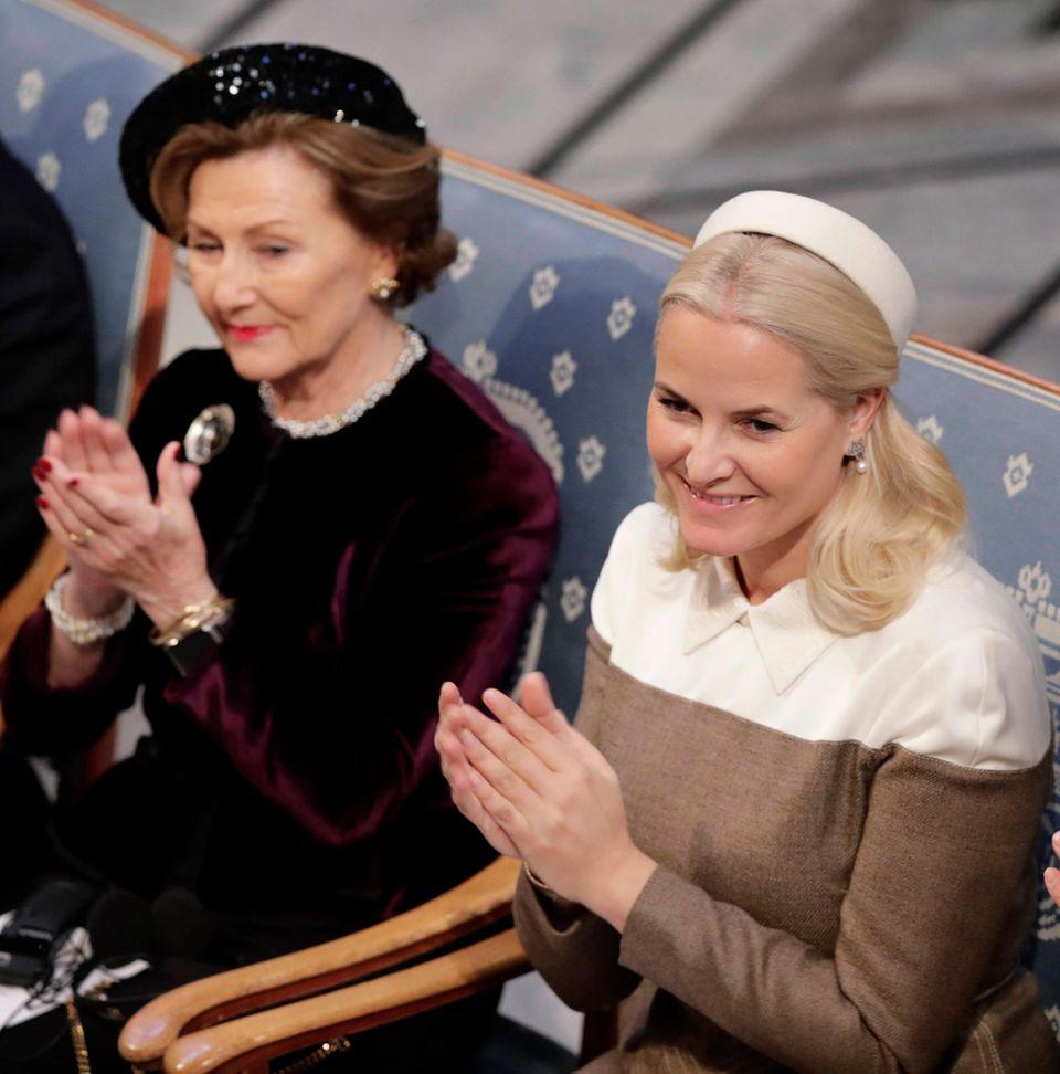 Königin Sonja und Prinzessin Mette-Marit applaudieren den Preisträgern.