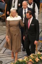 An der Seite ihres MannesPrinz Haakon betritt eine strahlende Prinzessin Mette-Marit den Rathaussaal, in dem der Friedensnobelpreis verliehen wird.