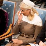 Prinzessin Mette-Marit kann vor Rührung ihre Tränen nicht zurückhalten. Bis zuletzt war unklar, ob die Kronprinzessin aufgrund ihrer Krankheit an der traditionellen Verleihung teilhaben kann.