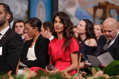 Amal Clooney weiß sich in Szene zu setzen: Bei der Verleihung des Friedensnobelpreises in Oslo sticht ihr schickes rotes Kostüm ins Auge.