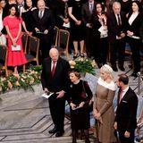 Im Rathaus von Oslo werden der kongolesische Arzt Denis Mukwede und die irakische Menschenrechtsaktivistin Nadia Murad ausgezeichnet. Auch Prinzessin Mette-Marit und Prinz Haakon sind vor Ort. Neben Amal wirken sie jedoch fast ein bisschen unscheinbar.