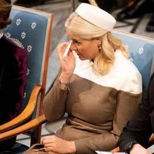 Mette-Marit ist bei der Friedensnobelpreisverleihung in Oslo zu Tränen gerührt. Mit einem Taschentuch wischt sich die Prinzessin die kullernden Tränen weg, die ihr während der Preisübergabe über die Wangen laufen.
