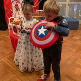 10. Dezember 2018  Prinzessin Gabriella trägt ein süßes Prinzessinnenkleidmit Sternenmustern, während ihr Bruder sich über seineCaptain-America-Verkleidung freut ...