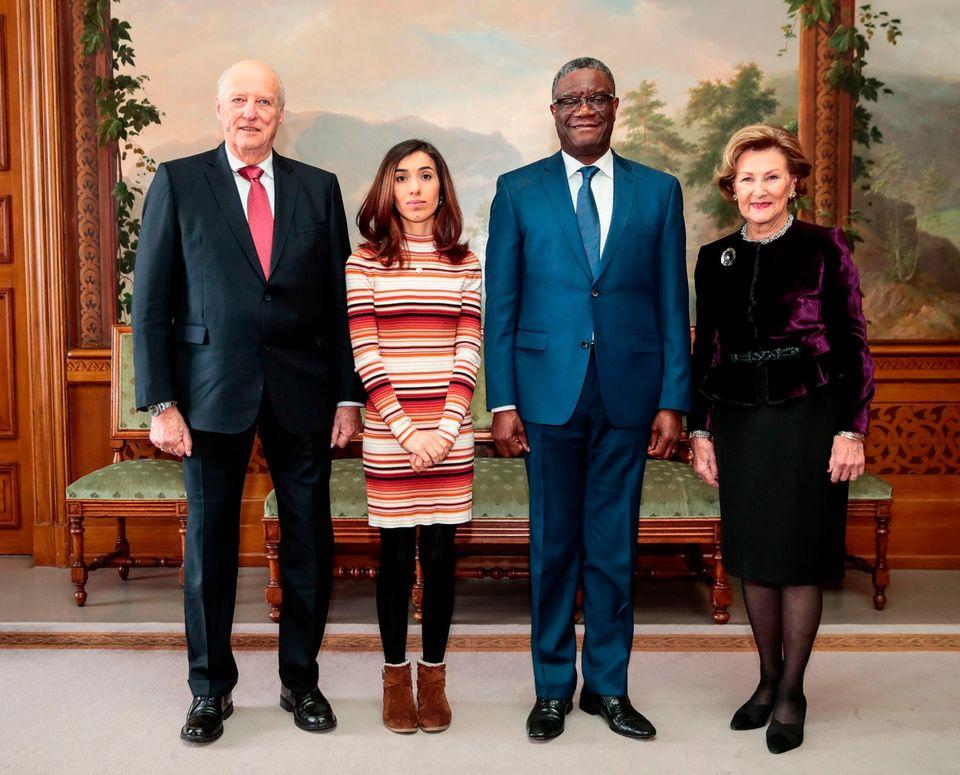 Das Königspaar posiert abschließend für ein Foto mit den beiden Friedensnobelpreisträgern.