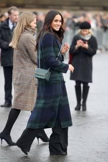 """Für ihren Besuch des """"Edinburgh Castle"""" im Februar dieses Jahres trägt Herzogin Meghan einen blau-grün-karierten Mantel von Burberry. Die perfekte Wahl für ihren Schottland-Trip. Doch auch ihrer Schwägerin steht das Muster super..."""