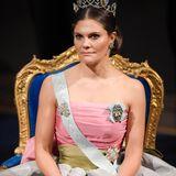 Bei derNobelpreisverleihung im Stockholmer Konzerthaus trägt Prinzessin Victoria eine festliche Traumrobe.