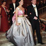 Königin Silvia trugdas Kleid aus der Feder von Designerin Nina Ricci, das Prinzessin Victoria beim Nobelpreis dieses Jahres trägt,vor über 20 Jahren, im Dezember 1995, ebenfalls zur Verleihung des Nobelpreises.
