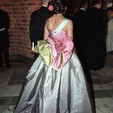 Auf Fotos von Silvias Auftritt wirdauch die fulminante Rückenansicht des Kleides sichtbar. Eine mehrfarbige, große Schleife ziert den unteren Rücken der glänzenden Robe.