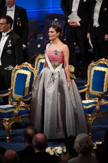 Im Stehen kommt auch der voluminöse, graue Rock des Kleides zur Geltung.