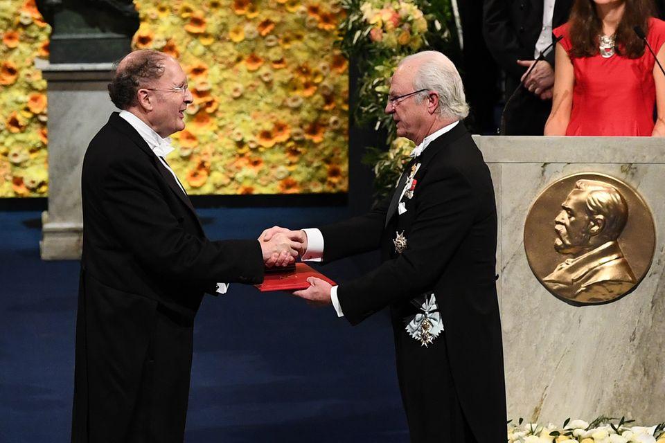 König Carl Gustaf überreicht dem Briten Gregory Winter den Nobelpreis für Chemie.