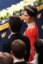 Prinzessin Sofia von Schweden strahlt an diesem Abend an der Seite ihres Prinzen in Knallrot. Ein edler Choker aus vielen kleinen Perlensträngen ziert ihren Hals.