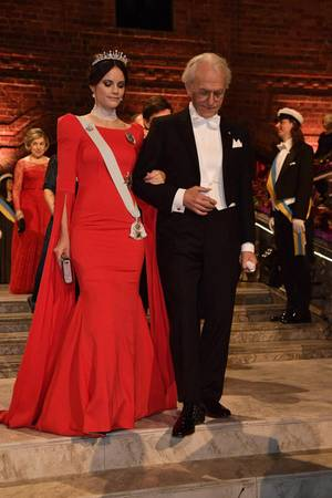 Auf dem Weg zum Nobel-Bankett sieht man das Kleid zum ersten Mal in seiner vollen Pracht: Die raffinierten Ärmel-Details, der schmeichelnde Schnitt und die glitzernde Clutch machen Sofias eleganten Auftritt perfekt. In ihrem hochgesteckten Haar trägt sie ihre Hochzeitstiara.